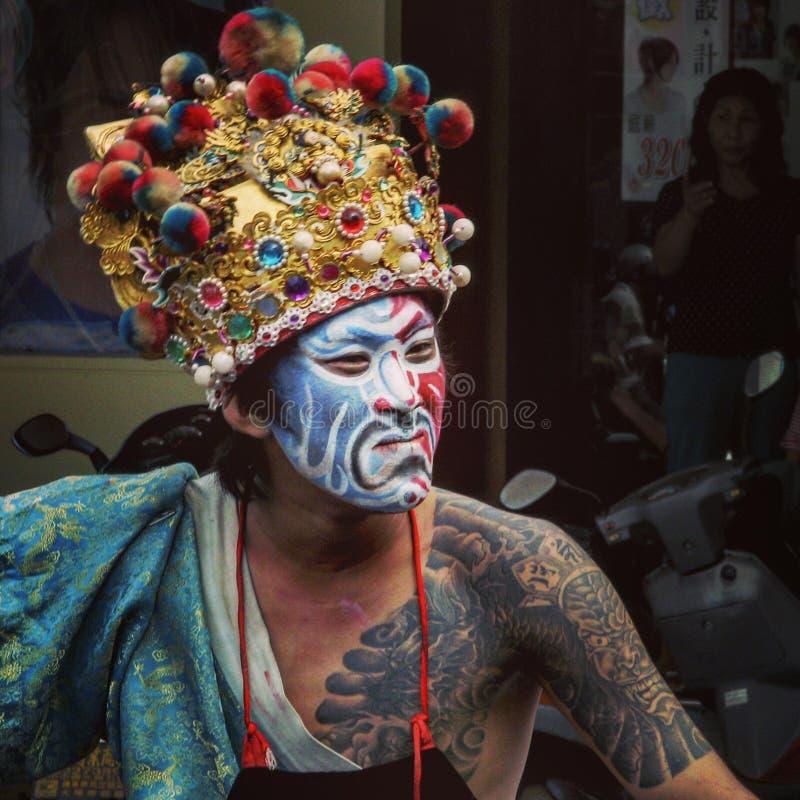Un hombre indígena en un desfile en el medio de Taiwán fotos de archivo
