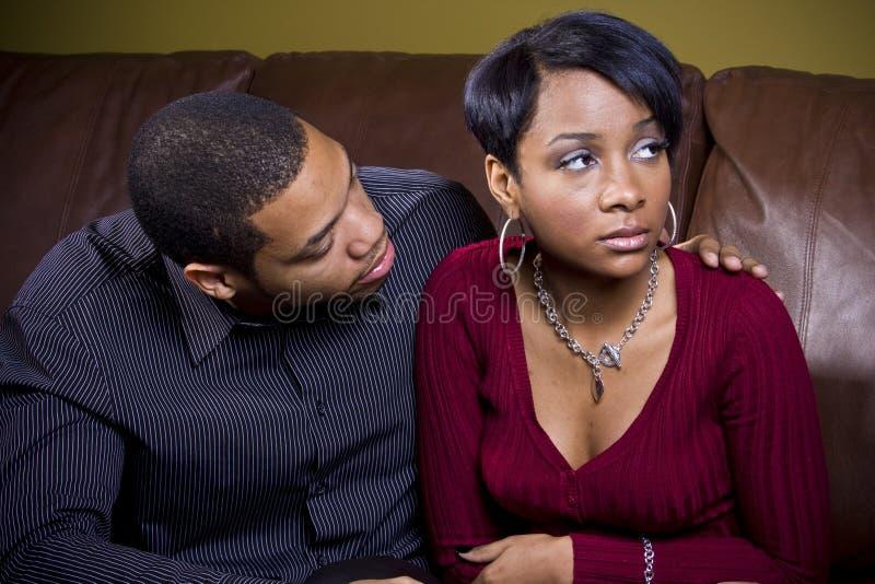 Un hombre intenta al consol a su amante triste imagen de archivo libre de regalías