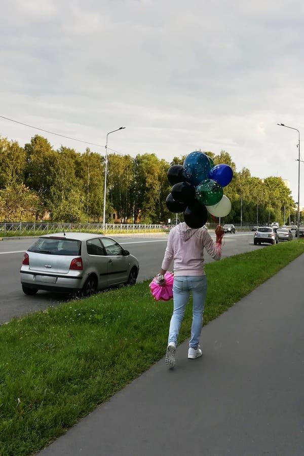 Un hombre joven con los globos foto de archivo