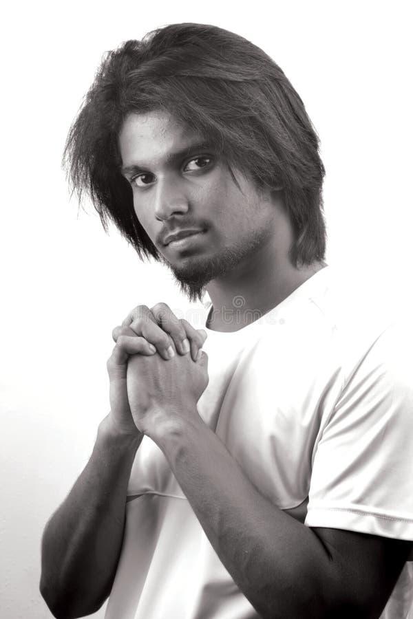 Un hombre joven de moda con un pelo de moda imagen de archivo libre de regalías
