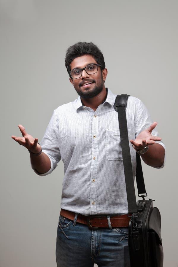 Un hombre joven de origen indio imagen de archivo libre de regalías