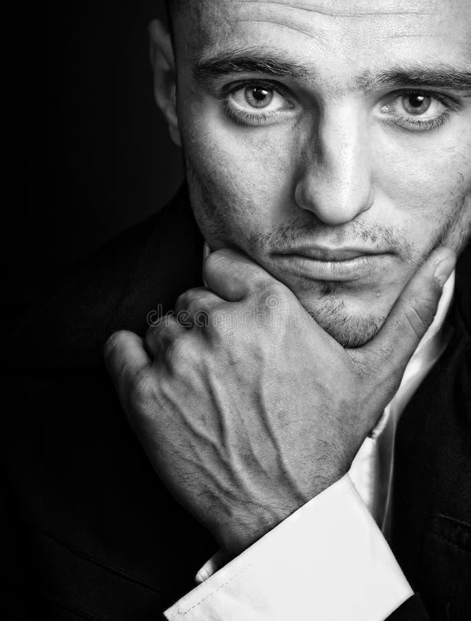 Un hombre joven masculino elegante hermoso imagenes de archivo
