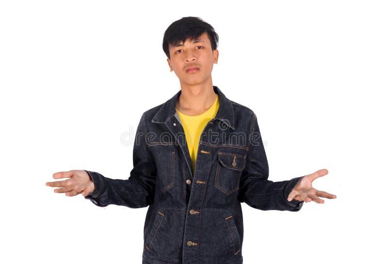 Un hombre joven muestra sus dos manos limpias que no muestran nada ocultar imagen de archivo libre de regalías