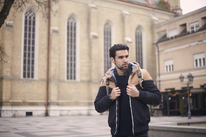 Un hombre joven, presentando, chaqueta que lleva, otoño/invierno viste fotografía de archivo libre de regalías