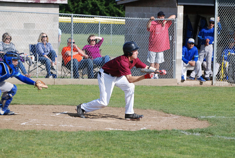 Un hombre joven que juega a béisbol de la High School secundaria imagen de archivo libre de regalías