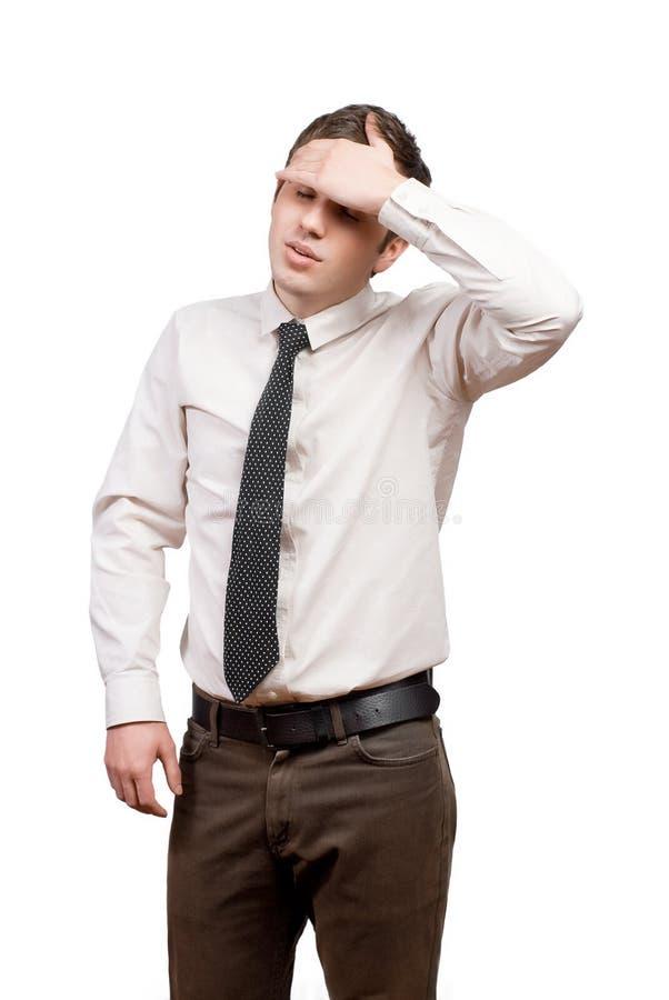 Un hombre joven que sufre de dolor de cabeza imagen de archivo libre de regalías