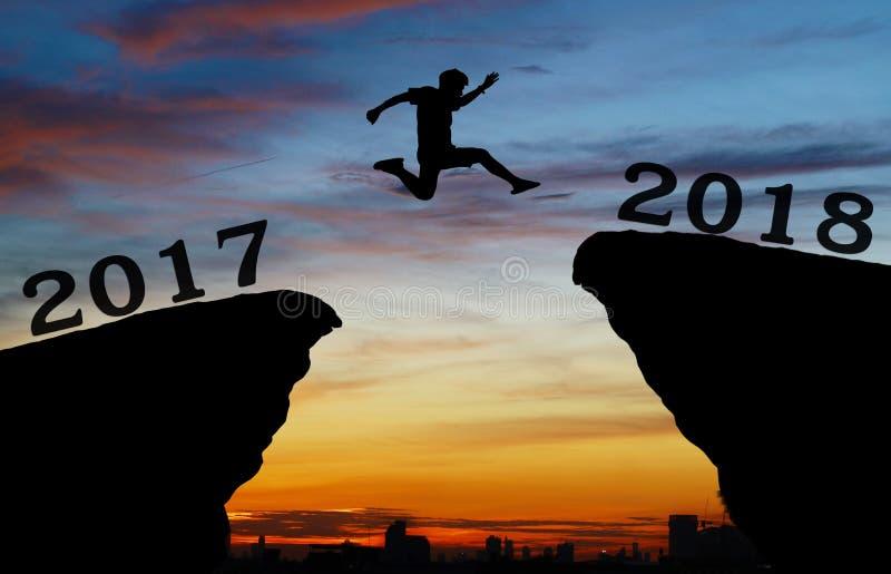Un hombre joven salta entre 2017 y 2018 años imagenes de archivo
