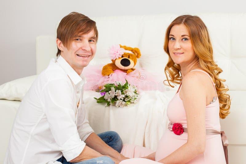 Un hombre joven y una mujer embarazada imagen de archivo libre de regalías