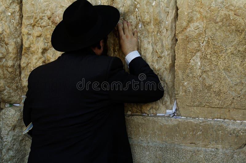4273040ff Un hombre judean con ropa negra que ruega en Jerusalén Israel fotografía de  archivo libre