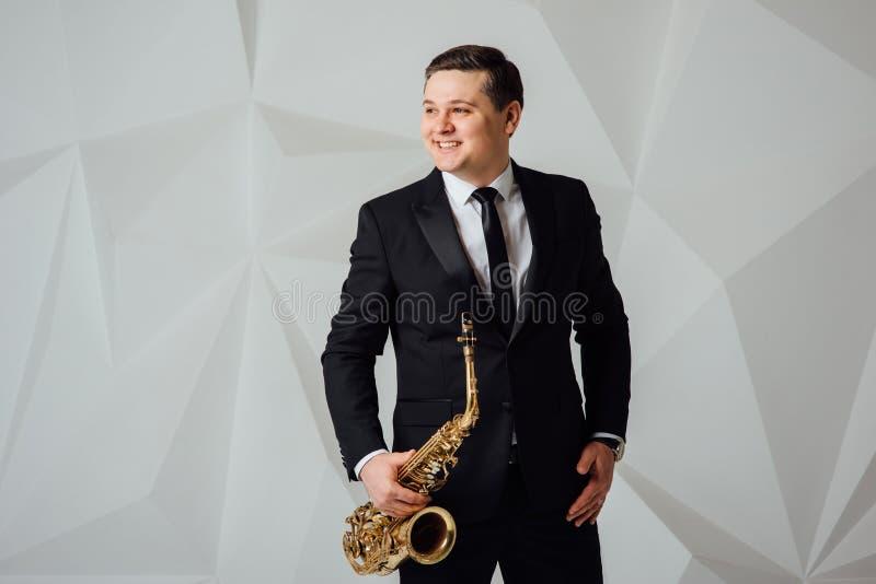 Un hombre juega el cierre del saxofón para arriba imagenes de archivo