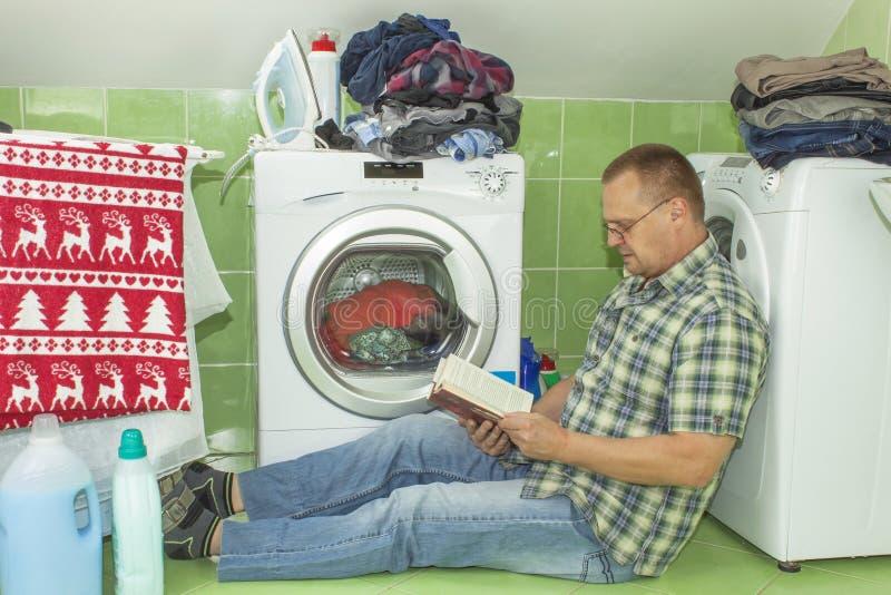 Un hombre lava la ropa en la lavadora hombres del quehacer - Lavar almohadas en lavadora ...