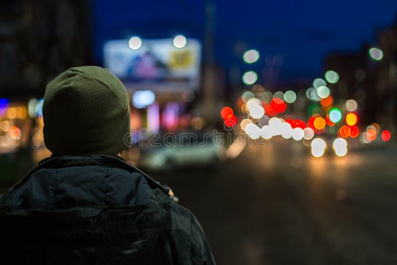 Un hombre más extraño detrás en ciudad de la noche con el fondo del boke fotos de archivo libres de regalías