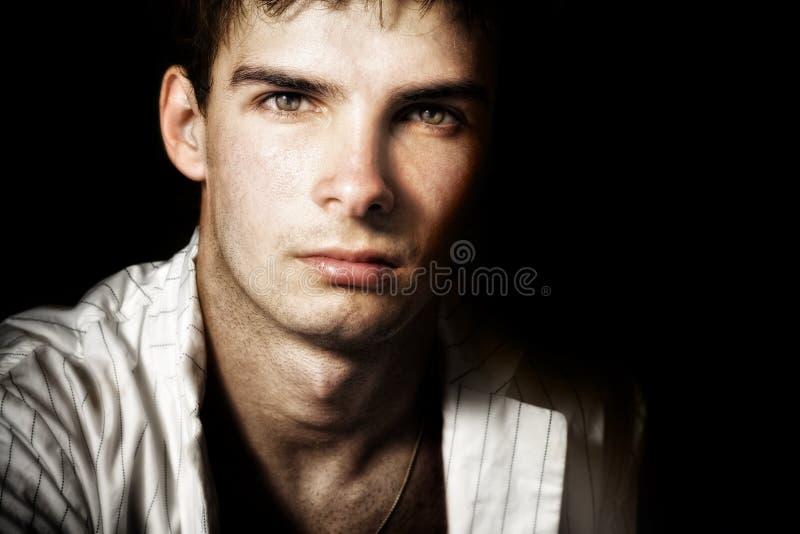 Un hombre masculino hermoso con los ojos agradables foto de archivo libre de regalías