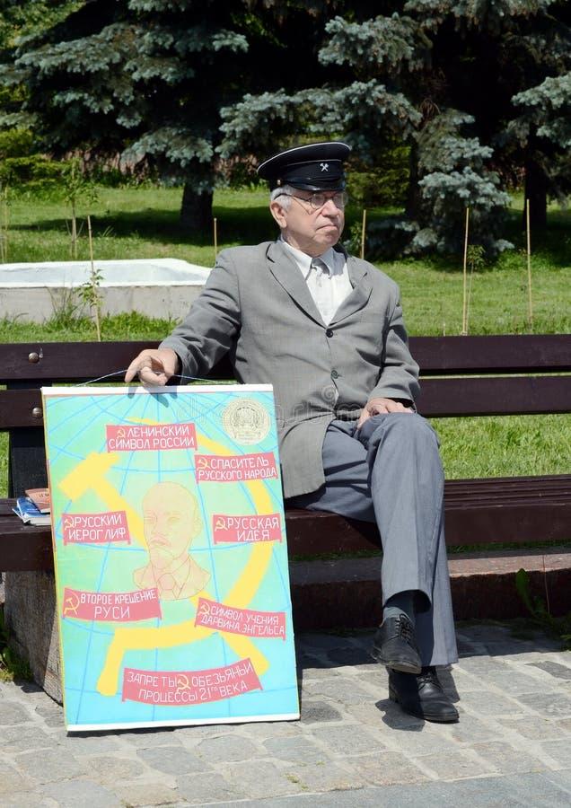 Un hombre mayor desconocido con un cartel comunista en la colina de Poklonnaya de Moscú imagenes de archivo