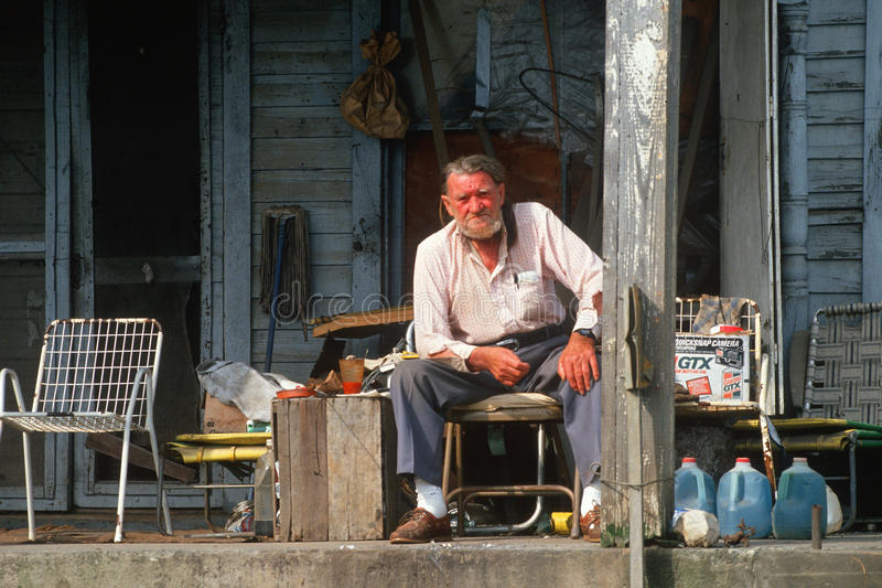 Un hombre mayor en su pórche de entrada, fotografía de archivo