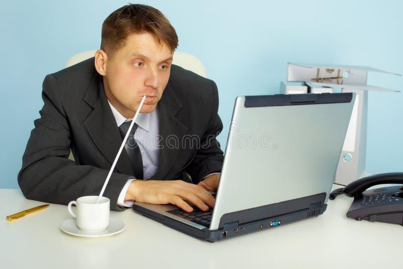 Un hombre muy ocupado que trabaja con la computadora portátil fotografía de archivo libre de regalías