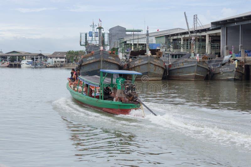 Un hombre navega su barco de pasajeros va al municipio de Kawthaung fotografía de archivo
