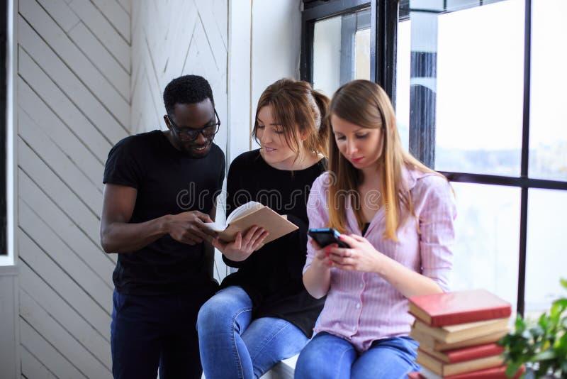 Un hombre negro y dos muchachas foto de archivo libre de regalías
