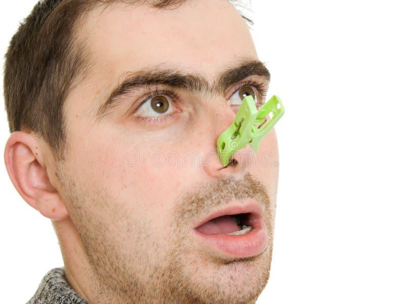 Un hombre paciente con una nariz congestionada foto de archivo libre de regalías