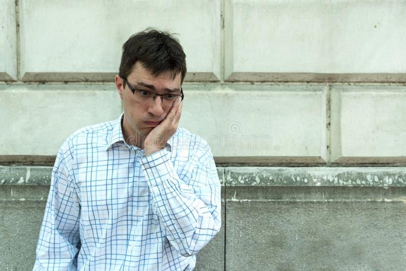 Un hombre preocupante en la calle imágenes de archivo libres de regalías