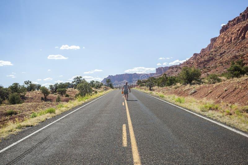 Un Hombre Que Camina En El Medio Del Camino En El Desierto De Utah Foto De Archivo Imagen De Utah Medio 128576366