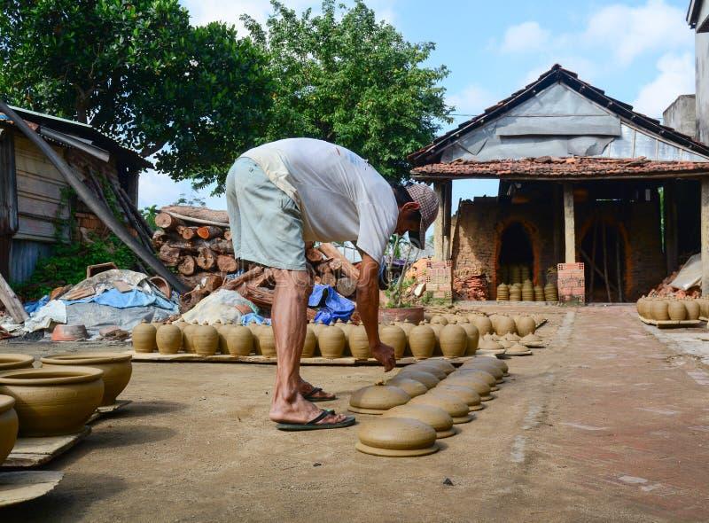 Un hombre que hace la cerámica en Hoi An, Vietnam fotos de archivo libres de regalías
