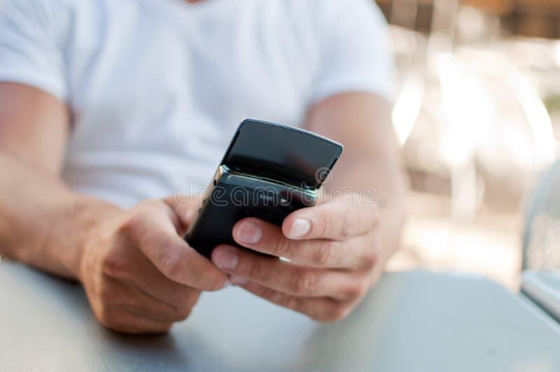 Un hombre que mira su teléfono móvil fotos de archivo libres de regalías