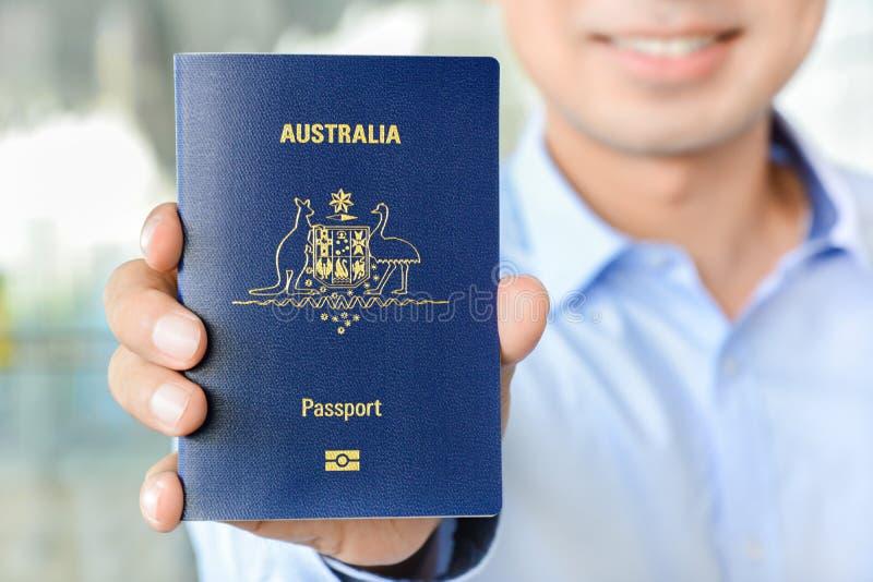 Un hombre que muestra el pasaporte (de Australia) imagenes de archivo