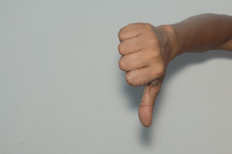 Un hombre que muestra golpes abajo La desaprobación SID está de acuerdo, aversión, negativa, rechazo, concepto lunhappy imagen de archivo