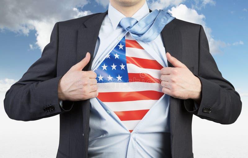 Un hombre que rasga la camisa Bandera de los E.E.U.U. en el pecho imagen de archivo libre de regalías