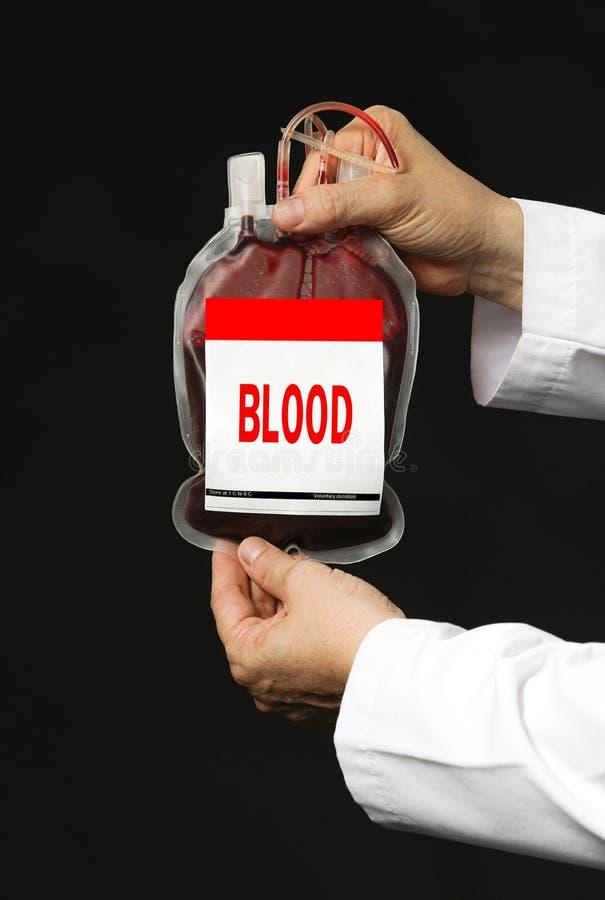 Un hombre que sostiene un bolso de la transfusión de sangre fotos de archivo libres de regalías