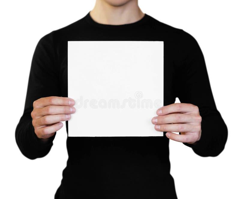 Un hombre que sostiene una hoja de papel blanca Sostener un folleto Cierre para arriba Aislado en el fondo blanco imagen de archivo