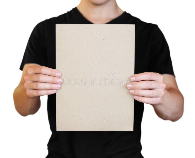 Un hombre que sostiene una hoja de papel blanca Sostener un folleto Cierre para arriba Aislado en el fondo blanco imagen de archivo libre de regalías