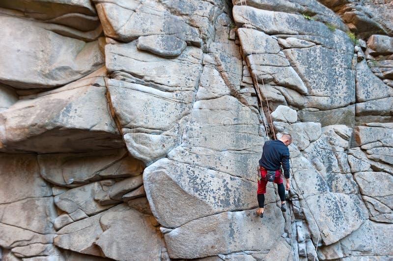 Un hombre que sube la montaña en el barranco de Buky en Ucrania imagen de archivo