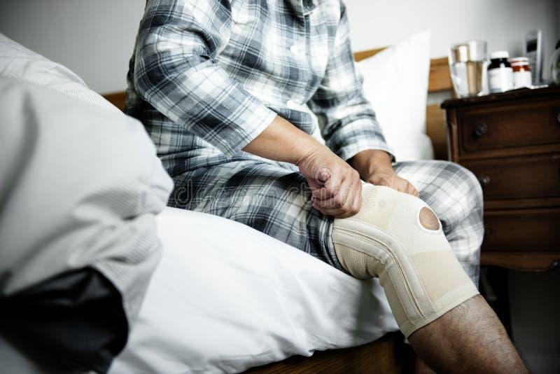 Un hombre que tiene una lesión de rodilla foto de archivo libre de regalías