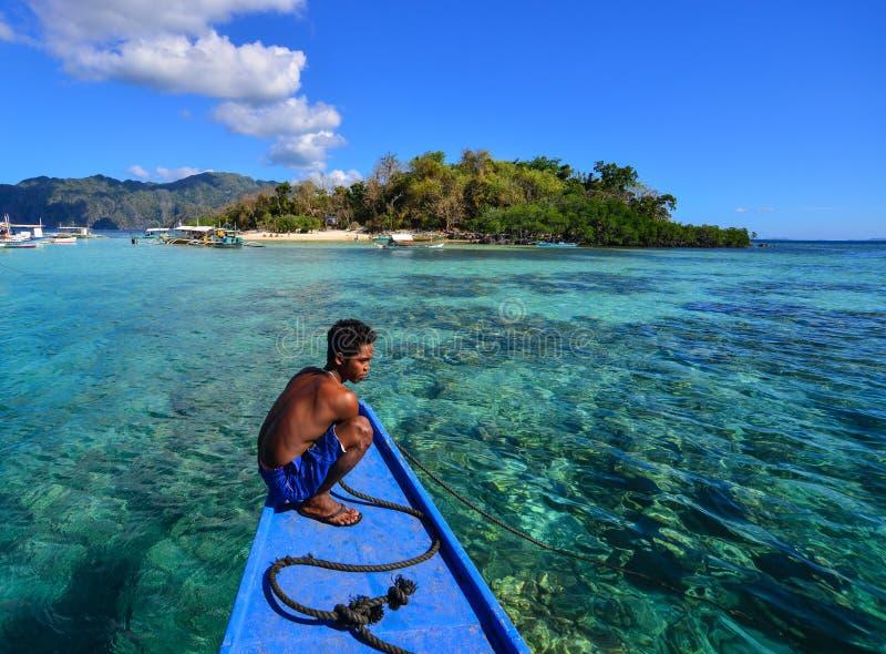 Un hombre que trabaja en el barco en Coron, Filipinas imagenes de archivo
