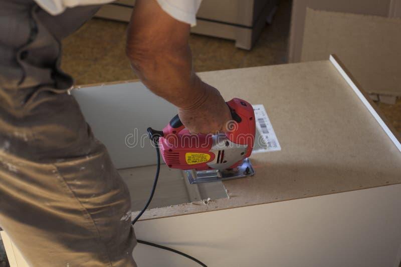 Un hombre que usa un rompecabezas imagen de archivo libre de regalías