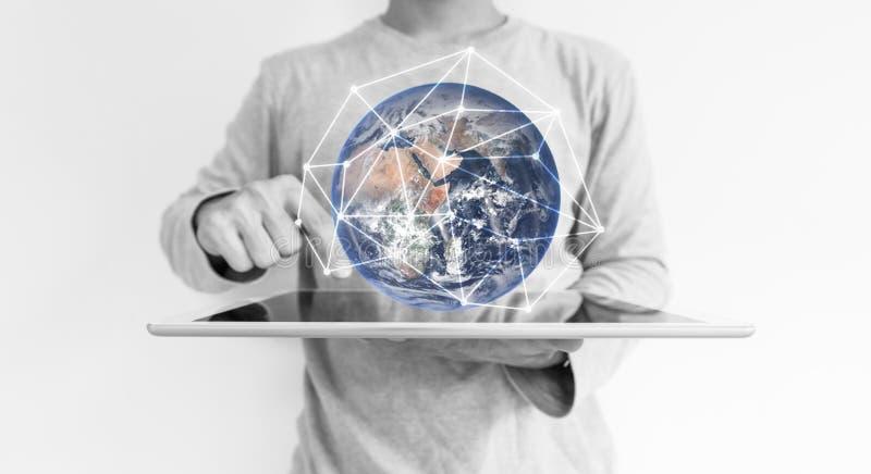 Un hombre que usa tecnología del holograma de la conexión de la tableta digital y de red global El elemento de esta imagen es sum foto de archivo libre de regalías