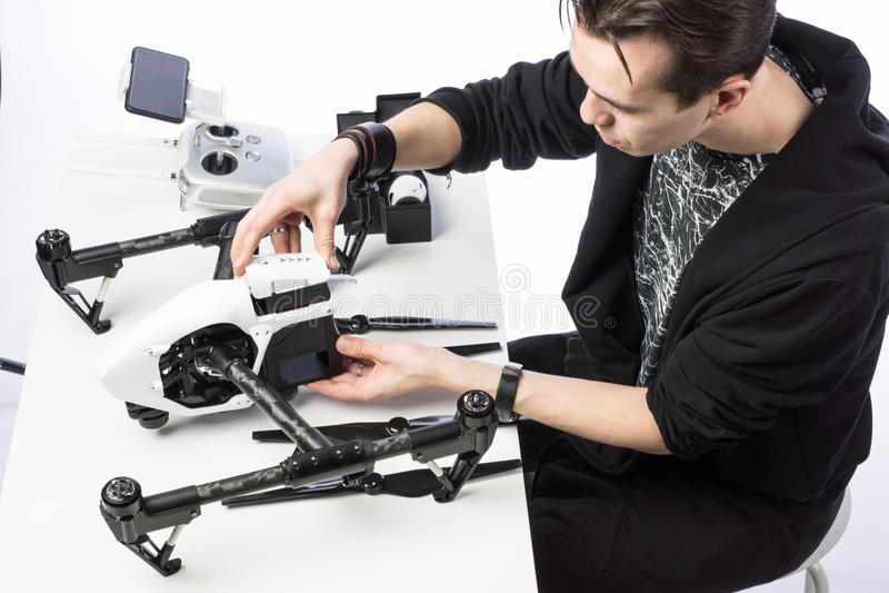 Un hombre recoge el quadcopter fotos de archivo libres de regalías