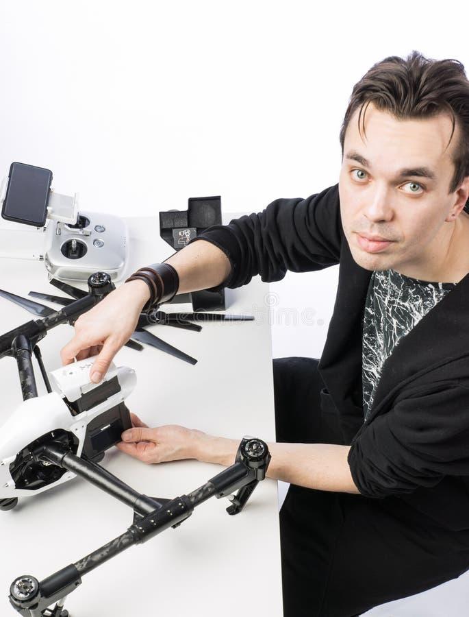 Un hombre recoge el quadcopter fotografía de archivo libre de regalías