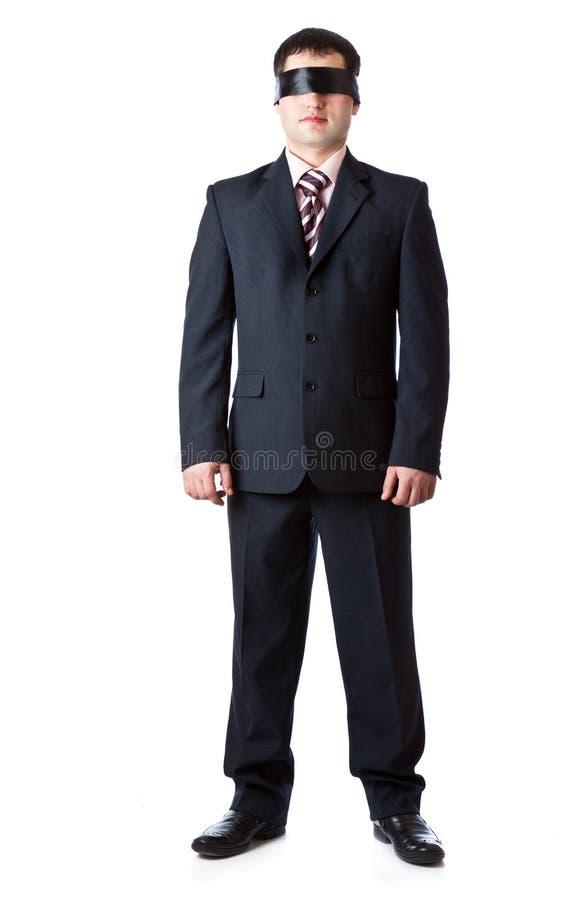 Un hombre se está colocando en una cinta negra foto de archivo