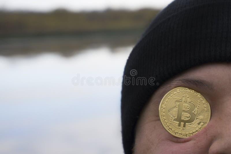 Un hombre serio con el nuevo dinero virtual del bitcoin fotos de archivo libres de regalías
