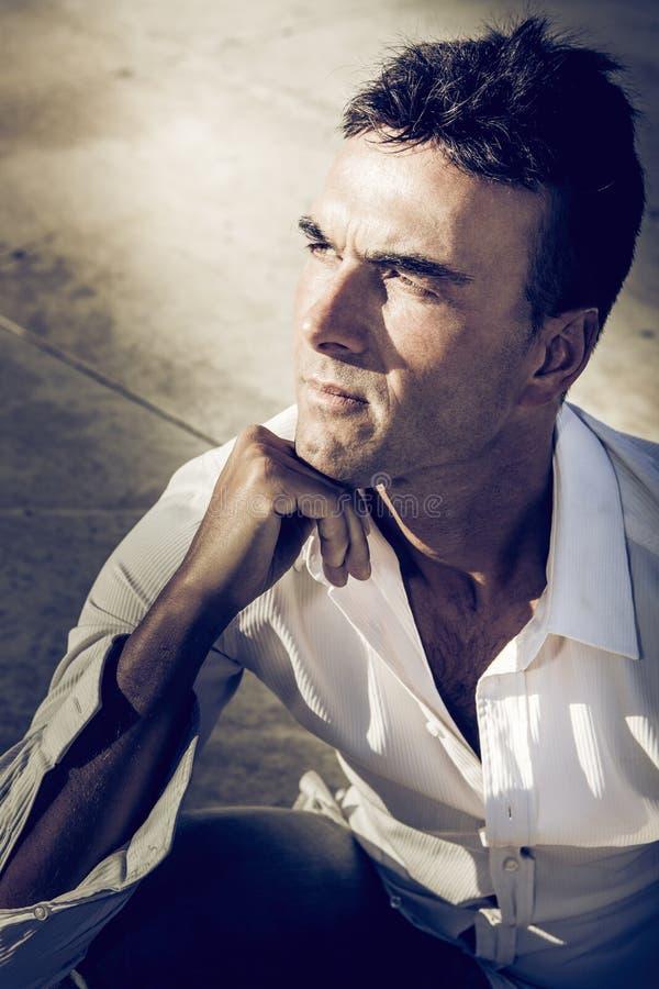 Un hombre serio 13 Varón adulto italiano hermoso outdoor imagenes de archivo