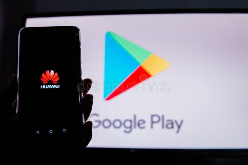 Un hombre sostiene Android-Smartphone fotografía de archivo