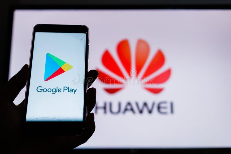 Un hombre sostiene Android-Smartphone imágenes de archivo libres de regalías