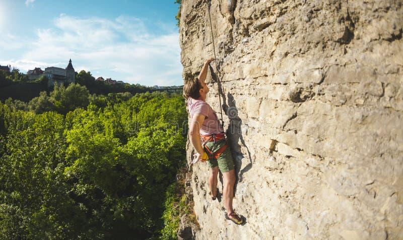 Un hombre sube la roca imagen de archivo libre de regalías