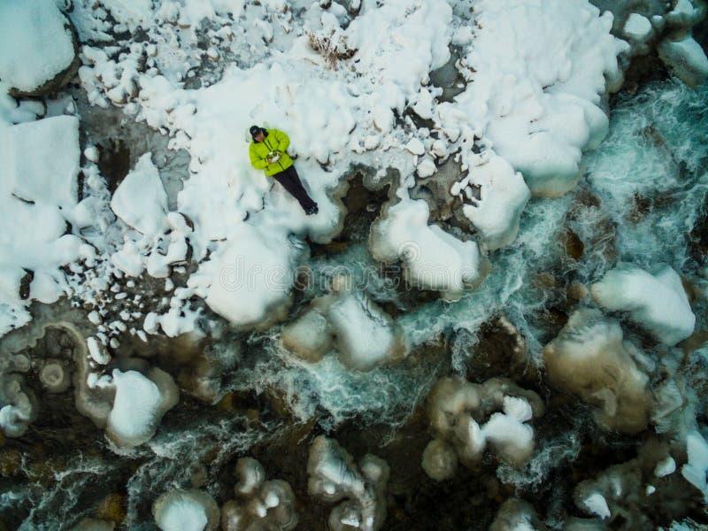 Un hombre viaja en invierno fotografía de archivo