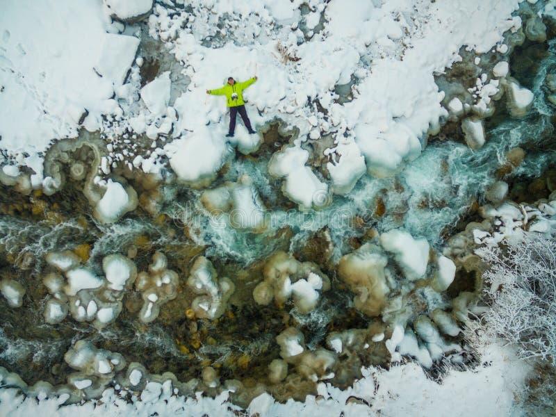 Un hombre viaja en invierno foto de archivo libre de regalías