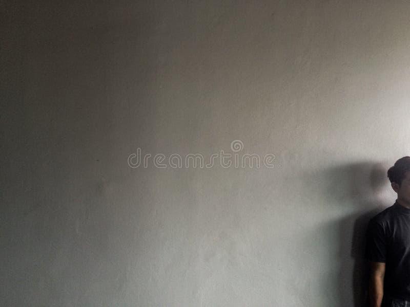 Un hombre y una luz indirecta fotografía de archivo