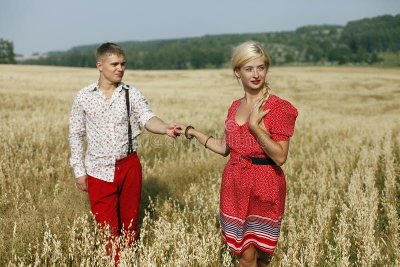 Un hombre y una mujer en un campo fotos de archivo libres de regalías